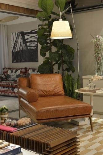 chaise em couro do Apartamento no Le Parc Salvador, assinado por Manarelli Guimaraes e fotos de Marcelo Negromonte