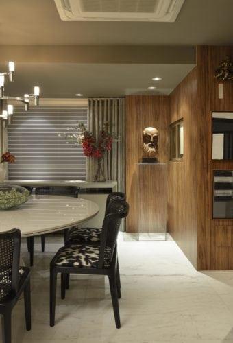 Sala de jantar com marcenaria do Apartamento no Le Parc Salvador, assinado por Manarelli Guimaraes e fotos de Marcelo Negromonte