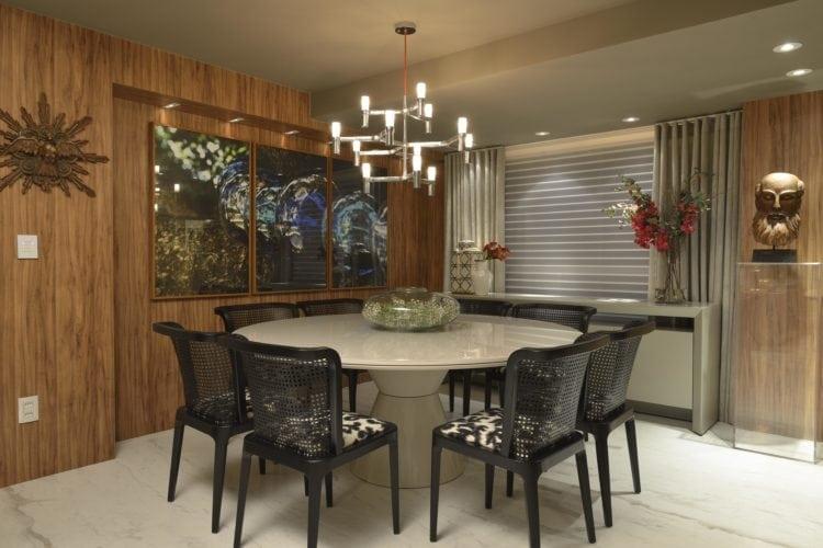 Sala de jantar com marcenaria, mesa de marmore branco e cadeiras pretas do Apartamento no Le Parc Salvador, assinado por Manarelli Guimaraes e fotos de Marcelo Negromonte