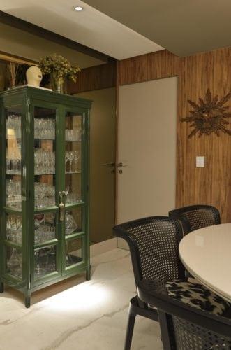 Cristaleira na Sala de jantar do Apartamento no Le Parc Salvador, assinado por Manarelli Guimaraes e fotos de Marcelo Negromonte