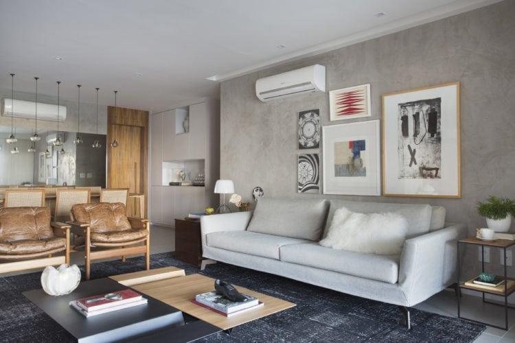 Sala com parede cinza em pintura especial, sofá cinza, cadeiras do design Sergio Rodrigues,