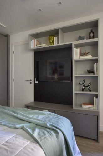 Estante em frente a cama para a tv, em lacca na cor cinza