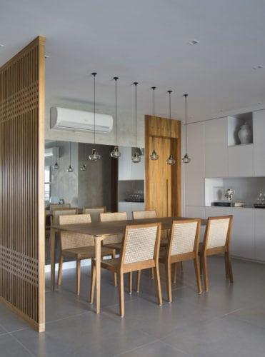 Sala de jantar com cadeiras em madeira do design Jader Almeida .