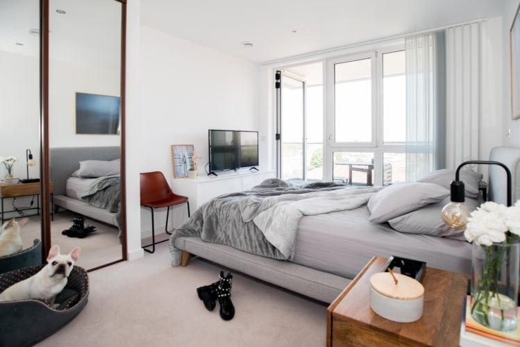 Arquitetas cariocas assinam o décor de apartamento em Londres. Quarto com ampla cama de casal e varanda
