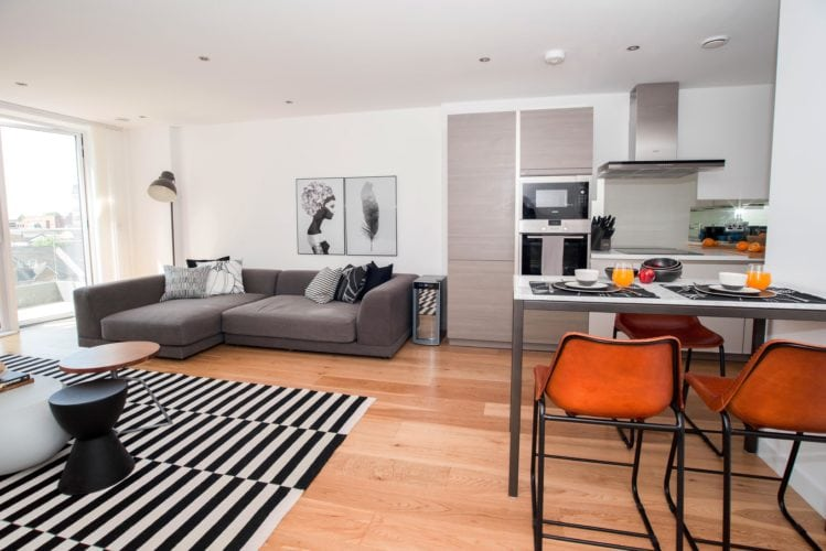 Arquitetas cariocas assinam o décor de apartamento em Londres. Sala com decor escandinavo, mais minimalista