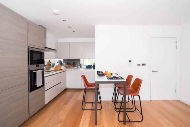 Arquitetas cariocas assinam o décor de apartamento em Londres. Cozinha aberta para a sala.
