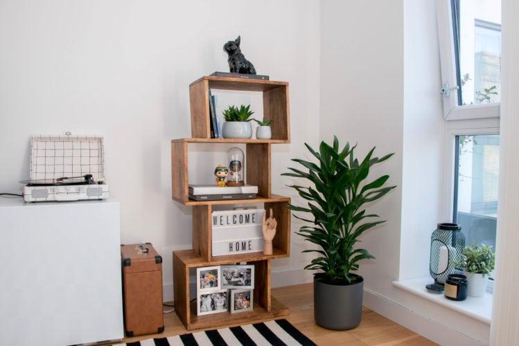 Arquitetas cariocas assinam o décor de apartamento em Londres. Detalhe da decoração, estante com nichos em madeira.