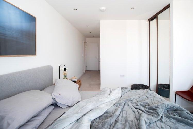Arquitetas cariocas assinam o décor de apartamento em Londres. Quarto com decoração minimalista.