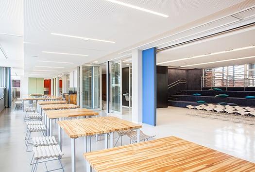 corredor e anfiteatro do no Colegio Bandeirantes por Denise Barretto