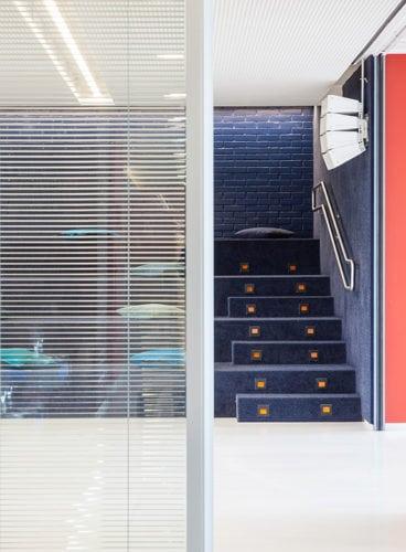 escadas da arquibancada no Colegio Bandeirantes por Denise Barretto