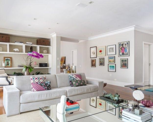 Sala de Estar com mesa de centro e sofa da Brentwood assinada por Triarq Studio Arquitetura