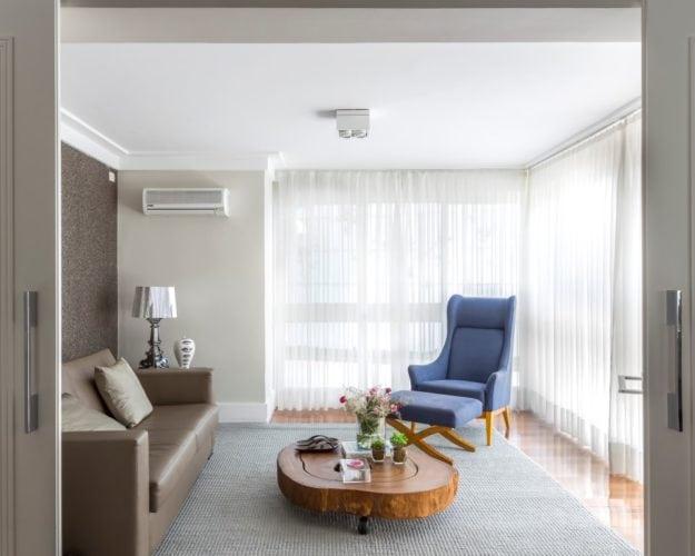 Sala de tv com poltrona azul da Estar Móveis - assinada por Triarq Studio Arquitetura e foto de João Paulo