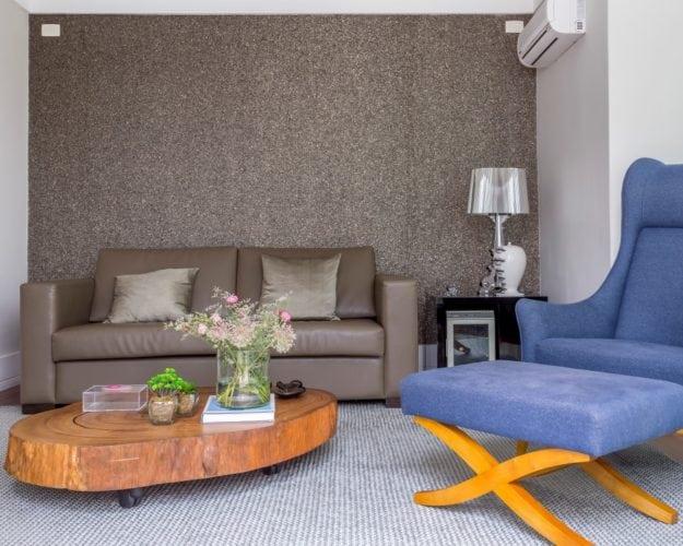 Sala de TV com mesa da Tora Brasil e papel de parede da Orlean - assinada por Triarq Studio Arquitetura e foto de João Paulo