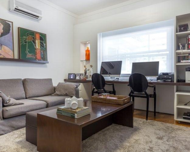 Sala de TV com cadeiras pretas da Kartell - assinada por Triarq Studio Arquitetura e foto de João Paulo