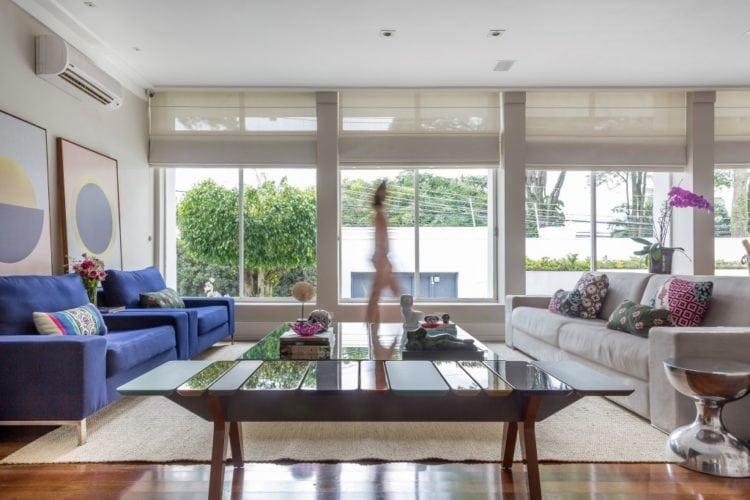 Sala de estar com banco Andy do estudiobola e tapete da cia das fibras, assinada por Triarq Studio Arquitetura e foto de João Paulo