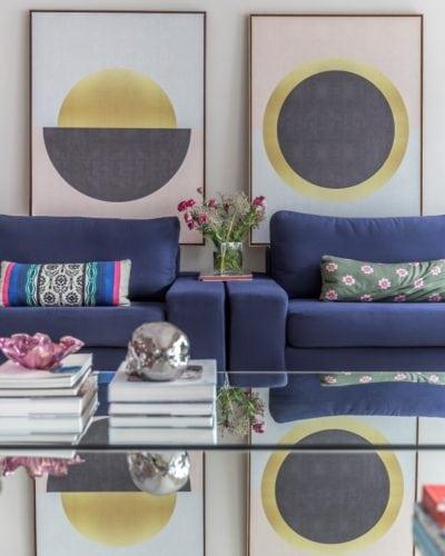 Sala de estar com quadros da Urban Arts assinada por Triarq Studio Arquitetura