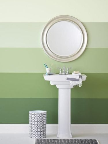 Diferença entre a pintura degradê e ombré.. Banheiro pintado com degradê das cores verde, listras .