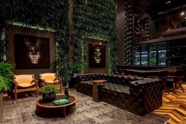 Parede verde de plantas e fotos de Wickbold no Loft do Arquiteto Athos Peruzzolo Arquitetura CasaCor SC