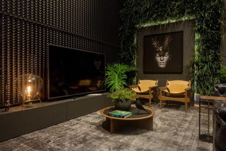 Poltronas Kilin de Sergio Rodrigues e quadro de Gabriel Wickbold no Loft do Arquiteto Athos Peruzzolo Arquitetura CasaCor SC