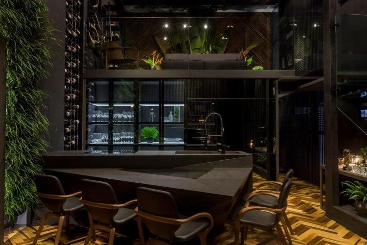bancada em dekton da consentino e cadeiras mia de Jader Almeida no Loft do Arquiteto Athos Peruzzolo Arquitetura CasaCor SC