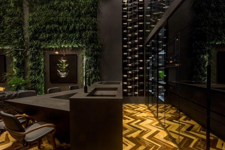 Piso de espinha de peixe e bancada Consentino Loft do Arquiteto Athos Peruzzolo Arquitetura CasaCor SC