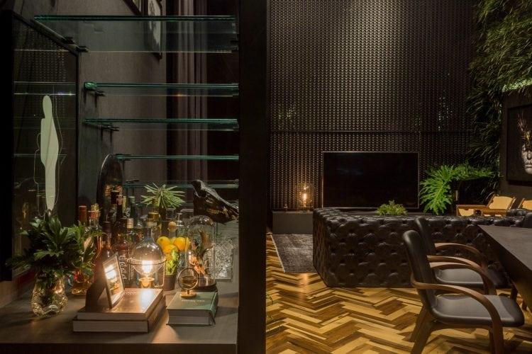 Bar embaixo da escada no Loft do Arquiteto Athos Peruzzolo Arquitetura CasaCor SC
