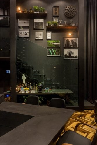 fotografias penduradas na parede da escada do Loft do Arquiteto Athos Peruzzolo Arquitetura CasaCor SC