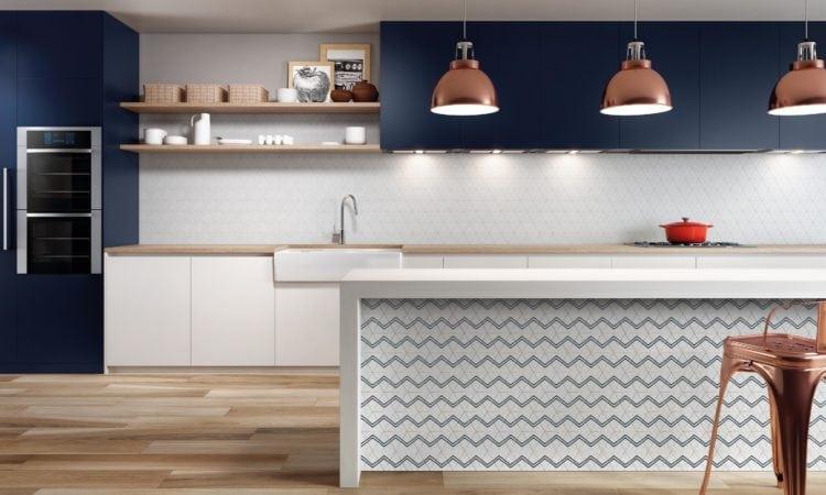 Obras de Candido Portinari foram inspiração para a criação de porcelanato. Aplicado na bancada da cozinha.