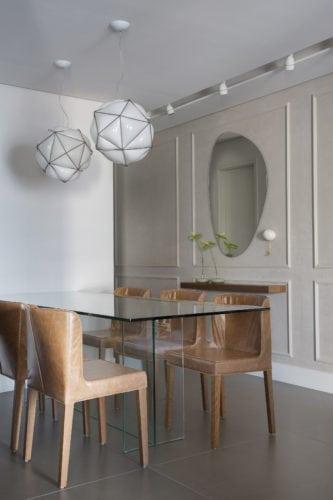 Sala de jantar com boiserie e lustres da Dimlux por Fabiano Ravaglia