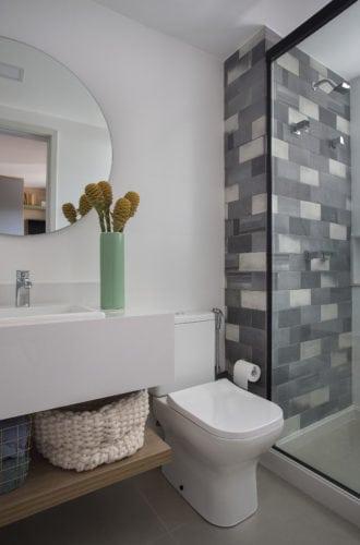 banheiro com revestimentos da Mais revestimentos, assinada por fabiano ravaglia e fotos de Denilson Machado