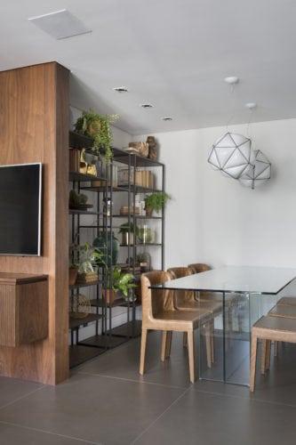 Sala de Jantar com estante eiffell do Arquivo contemporaneo com foto de denilson machado no ambiente de Fabiano Ravaglia