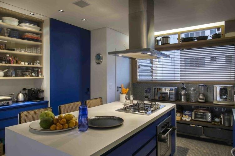 cozinha azul no apto assinado por Tania Eustáquio
