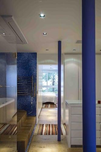 Banheiro revestido de pastilhas azuis assinado por Tania Eustáquio