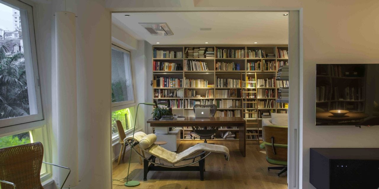 Apê com clássicos do design em edifício dos anos 50, por Tânia Eustáquio