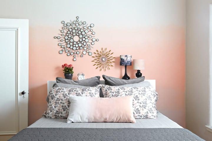 Parede com pintura em ombre salmão do quarto de casal