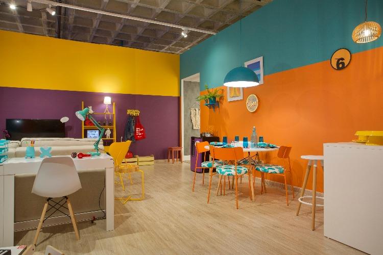 faixas laranja e turquesa nas paredes no ambiente Casa para Viver da Americanas.com assinado pela designer ANNA PAULA NOVIS na Morar Mais por menos Rio 2018