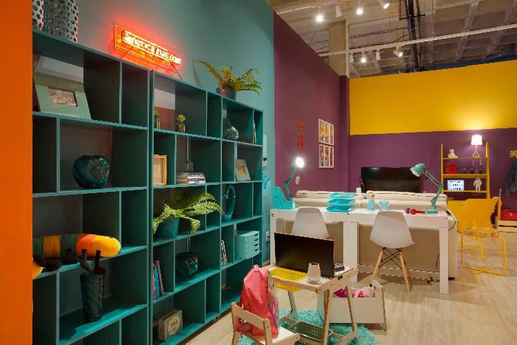 Estante turquesa com plantas no ambiente Casa para Viver da Americanas.com assinado pela designer ANNA PAULA NOVIS na Morar Mais por menos Rio 2018