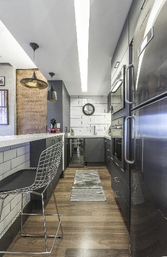 Banqueta alta da cozinha, da Clássica Design no loft de Pietro Terzilli