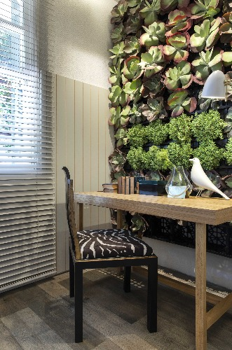 cadeira e vegetação vertical na Suite de Manarelli e Guimarães para CasaCor Ribeiro Preto