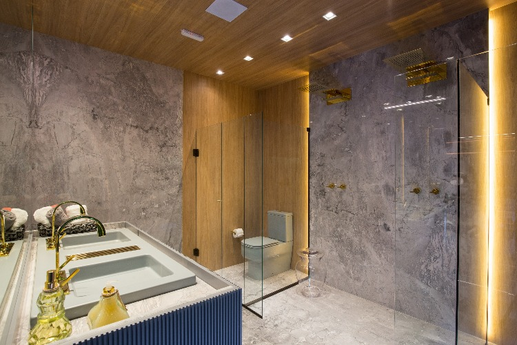 Banheiro com teto de madeira do Refúgio-a-Dois_arquiteta-Karen-Feldman_Foto-de-Andre-Bastian_