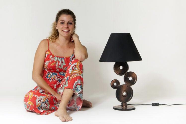 abajur Maquinário assinado pela designer Tuani Meirelles, da InSana Design Industrial