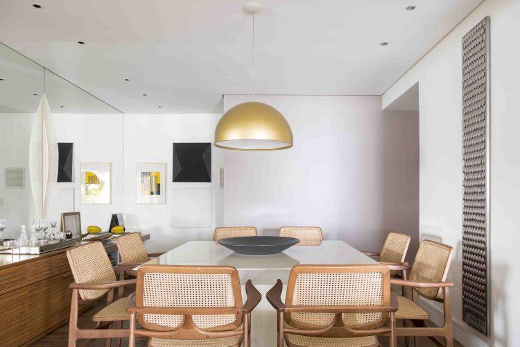 sala de jantar com cadeiras Oscar, de Sergio Rodrigues no apartamento assinado por Denise Barretto
