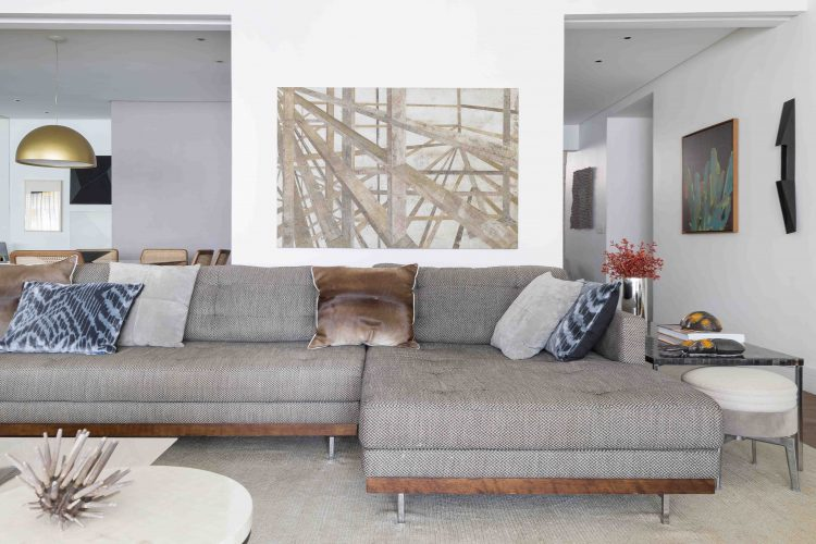 Sofá do Emporio Beraldin no apartamento assinado por Denise Barretto