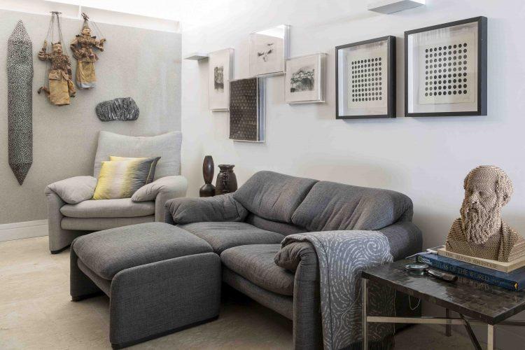 sofá sala de tv no apartamento assinado por Denise Barretto