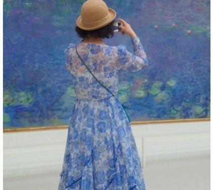 Pessoas que combinam com arte em museus.