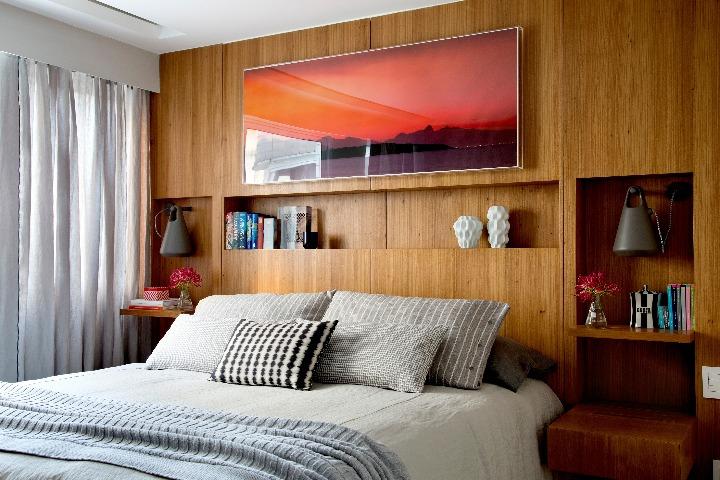 Apartamento no Leblon assinado por BIANCA DA HORA - na cabeceira da cama, nichos embutidos na marcenaria exercem a função de criado-mudo e estante