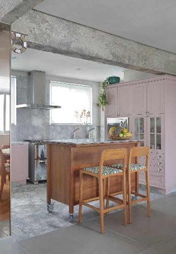 cozinha com balcão e cadeiras altas no projeto de Manarelli Guimarães com decoração afetiva