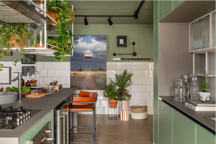 Cozinha com meia parede em azulejo branco e pintada de verde.