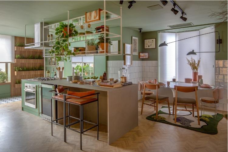 Cozinha com horta, paredes em azulejo branco e paredes e teto pintados de verde.