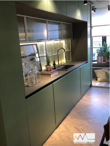 Cozinha com armários na cor verde.